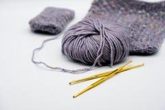 Agulha de crochê do ouro e cor diferente dos fios Fotografia de Stock Royalty Free