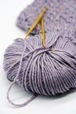 Agulha de crochê do ouro e cor diferente dos fios Imagem de Stock Royalty Free