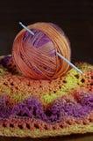 Agulha de crochê no fio colorido morno com espaço da cópia fotos de stock royalty free