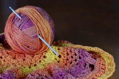 Agulha de crochê no fio colorido morno com espaço da cópia imagens de stock