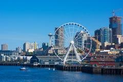 Agulha do espaço da skyline de Seattle, roda grande, guindastes Imagem de Stock