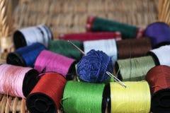 Agulha dos Skeins e linhas coloridas Fotografia de Stock
