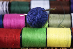Agulha dos Skeins e linhas coloridas Fotos de Stock