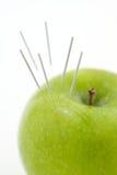 Agulhas da acupunctura em Apple Foto de Stock