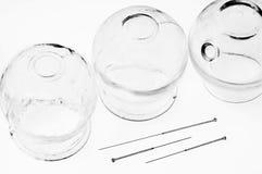 Agulhas da acupuntura com vidros colocando foto de stock