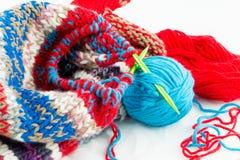 Agulhas de confecção de malhas e bolas das linhas Foto de Stock