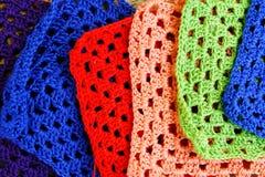Agulhas de crochê e quadrados coloridos da avó Fotos de Stock Royalty Free