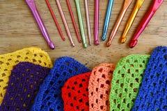 Agulhas de crochê e quadrados coloridos da avó Foto de Stock