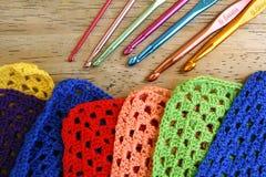 Agulhas de crochê e quadrados coloridos da avó Fotografia de Stock Royalty Free