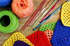 Agulhas de crochê e quadrados coloridos da avó Fotografia de Stock