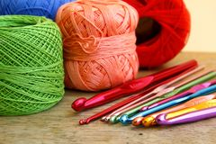 Agulhas de crochê e quadrados coloridos da avó Imagens de Stock Royalty Free