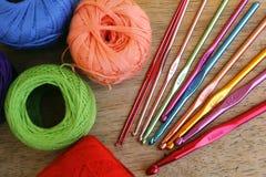 Agulhas de crochê e quadrados coloridos da avó Imagem de Stock