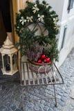 Agulhas verdes do abeto no vaso de flores decorado com as bolas vermelhas do Natal Imagens de Stock Royalty Free