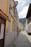 AGULO, los angeles GOMERA, HISZPANIA: Brukująca ulica z kolorowymi domami wśrodku wioski Agulo Obraz Royalty Free
