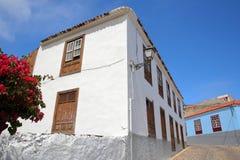 AGULO, los angeles GOMERA, HISZPANIA: Brukująca ulica z kolorowymi domami wśrodku wioski Agulo Obrazy Stock