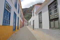 AGULO, los angeles GOMERA, HISZPANIA: Brukująca ulica z kolorowymi domami wśrodku wioski Agulo Obraz Stock