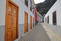 AGULO, los angeles GOMERA, HISZPANIA: Brukująca ulica z kolorowymi domami wśrodku wioski Agulo Zdjęcia Stock