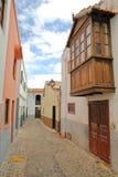 AGULO, los angeles GOMERA, HISZPANIA: Brukująca ulica z kolorowymi fasadami i drewnianym balkonem Fotografia Royalty Free