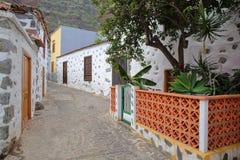 AGULO, los angeles GOMERA, HISZPANIA: Brukująca ulica z tradycyjnymi domami Fotografia Royalty Free