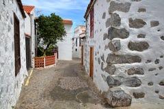 AGULO, los angeles GOMERA, HISZPANIA: Brukująca ulica z tradycyjnymi domami Zdjęcie Royalty Free
