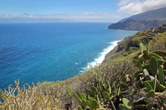 AGULO, los angeles GOMERA, HISZPANIA: Dziki Atlantyk wybrzeże blisko Agulo z Atlantyckim oceanu i Teide wulkanem w Tenerife wyspi Zdjęcia Stock