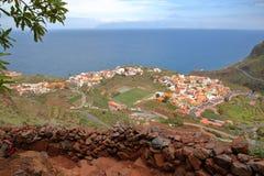 AGULO, los angeles GOMERA, HISZPANIA: Ogólny widok wioska od halnego śladu z Teide wulkanu Tenerife wyspą w tle Obrazy Stock