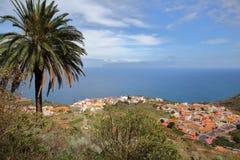 AGULO, los angeles GOMERA, HISZPANIA: Ogólny widok wioska od halnego śladu z Teide wulkanu Tenerife wyspą w tle Obrazy Royalty Free