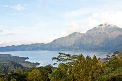 Agung wulkan i Batur jezioro na zmierzchu (Bali wyspa) Fotografia Stock