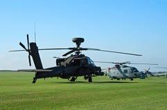 AH-64d en Lynx Westland op de vluchtsteeg Stock Foto's