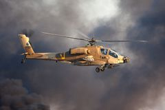 AH-64 Apache śmigłowa szturmowego komarnica nad Hatzerim baza lotnicza blisko Beersheba, Izrael przed czerń dymem Fotografia Royalty Free