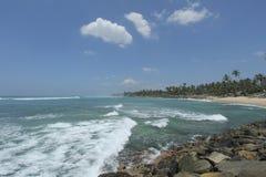 Ahangama海滩在岸的Sriu Lanka和波浪印地安O 免版税库存照片