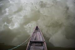 Aherrumbrado, barco asiático de madera del vintage en un río Imágenes de archivo libres de regalías