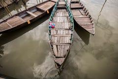 Aherrumbrado, barco asiático de madera del vintage en un río Foto de archivo