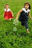 ahhh пузыри гоня к детенышам стоковые фотографии rf