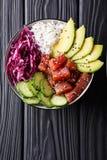 Ahi orgânico cru Tuna Poke Bowl com close-up do arroz e dos vegetarianos V Fotografia de Stock