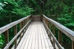 在Ahja河的木桥在Taevaskoja地标附近 图库摄影