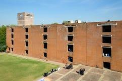 Ahmedabad, Índia - 26 de dezembro de 2014: Estudantes universitário asiáticas no instituto indiano da gestão fotografia de stock royalty free