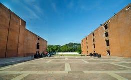 Ahmedabad, Índia - 26 de dezembro de 2014: Estudantes universitário asiáticas no instituto indiano da gestão fotos de stock royalty free