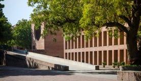 Ahmedabad, Índia - 26 de dezembro de 2014: Estudantes universitário asiáticas no instituto indiano da gestão Ahmedabad fotos de stock royalty free