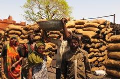 Ahmedabad/Gujarat: fattiga kvinnliga och manliga chocolesarbetare har a arkivfoton