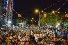 AHMEDABAD, GUJARAT/INDIA - 16. Mai FREITAG 2014: Parteiarbeitskräfte, die den Gewinn von Narendra Modi in der Wahl, im Parteibüro Stockbilder
