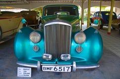 AHMEDABAD GUJARAT, INDIEN - Juni 2017, närbilden av framdelen av Bentley Year 1948, lagledarearbete - salong, England Arkivfoton