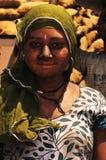 Ahmedabad/Gujarat: os trabalhadores fêmeas e masculinos pobres dos chocoles têm a Imagens de Stock Royalty Free