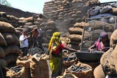 Ahmedabad/Gujarat: os trabalhadores fêmeas e masculinos pobres dos chocoles têm a Imagem de Stock