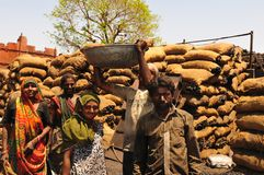 Ahmedabad/Gujarat: os trabalhadores fêmeas e masculinos pobres dos chocoles têm a Fotos de Stock