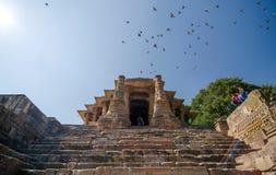 Ahmedabad Indien - December 25, 2014: Indisk tempel för folkbesöksol fotografering för bildbyråer