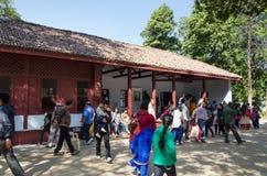Ahmedabad Indien - December 28, 2014: Turist- besökhus av Mahatma och Kasturba Gandhi i den Sabarmati ashramen royaltyfria foton