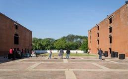 Ahmedabad, Indien - 26. Dezember 2014: Asiatische Studenten am indischen Institut des Managements Ahmedabad Stockbilder