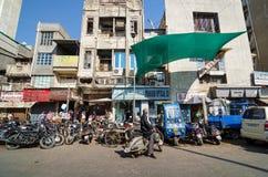 Ahmedabad, Indien - 28. Dezember 2014: Indische Leute auf Straße von Ahmedabad Stockbild