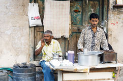 Ahmedabad, Indien - 28. Dezember 2014: Nicht identifizierter indischer Mann, der Tee an der Straße in Ahmedabad verkauft Stockfotos
